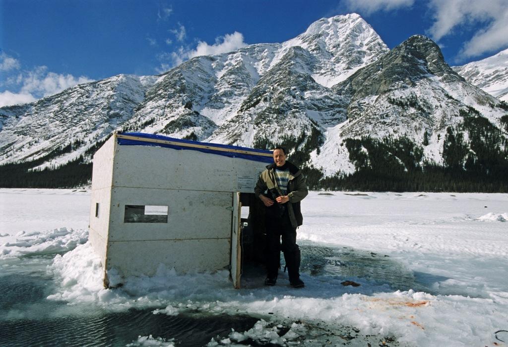 Anders Roussy vor seiner Angelhütte.
