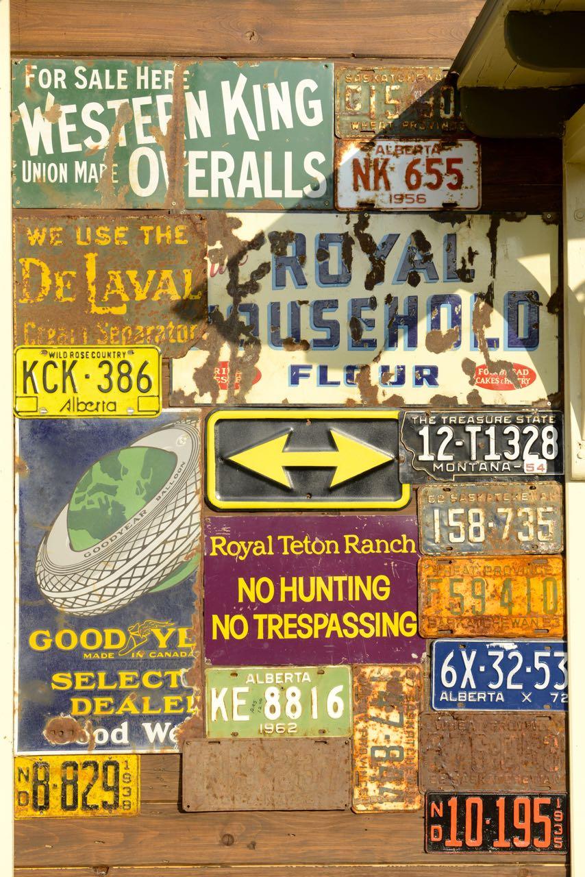 Sammlung alter Schilder.