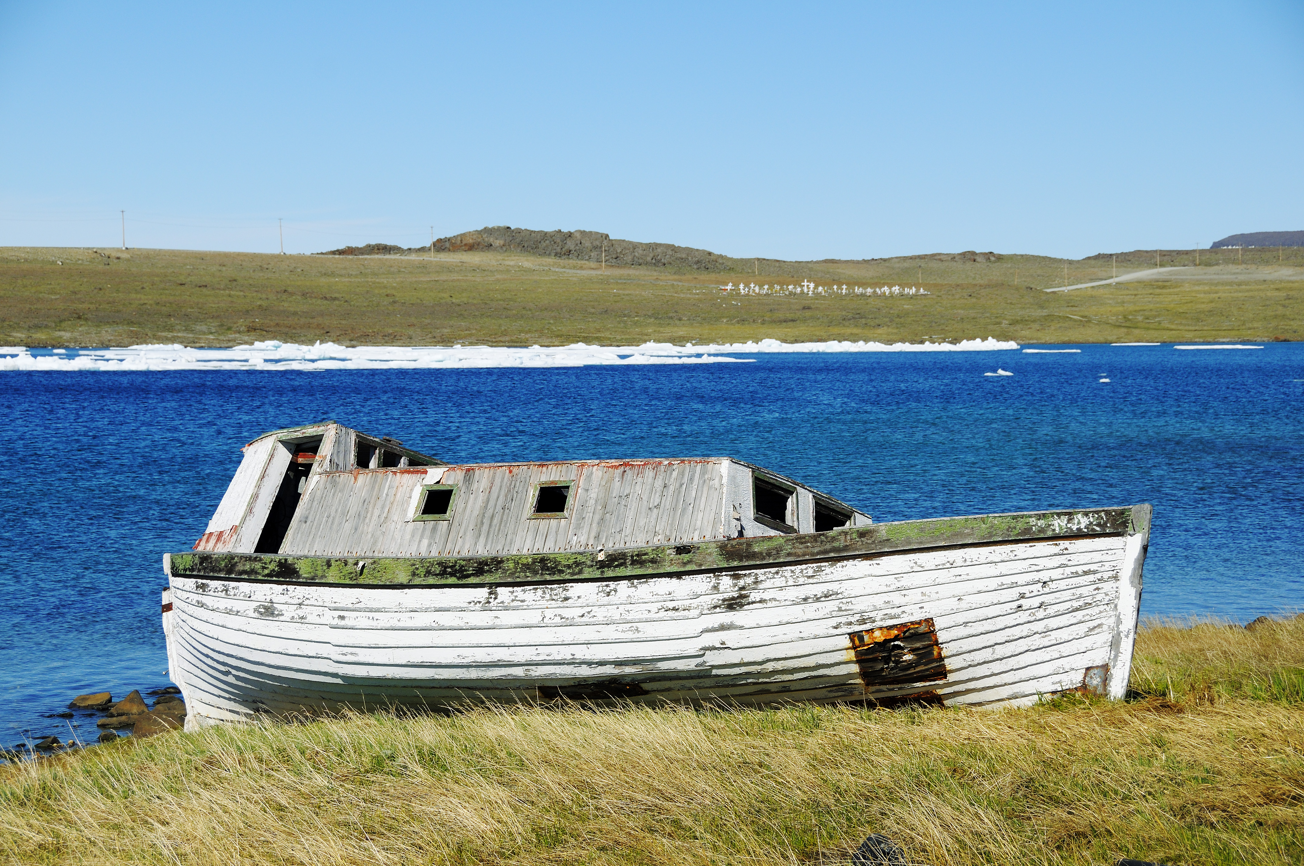 Altes Holz-Boot am Ufer der Beaufort Sea, Nordpolarmeer, Victoria Island (vorher Holman Island), Dorf Ulukhaktok, Northwest Territories, Kanada, Amerika