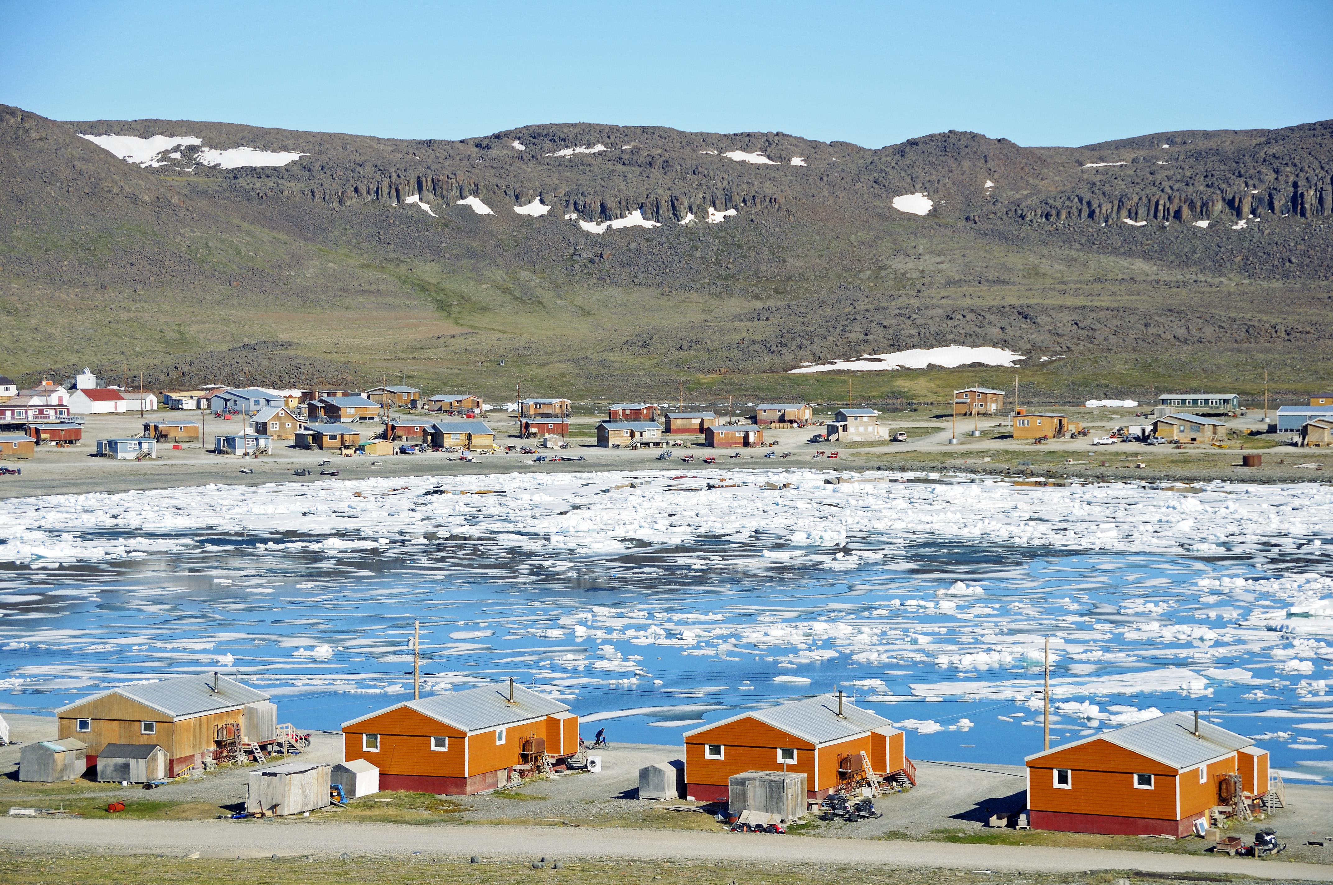 Blick auf das Inuit-Dorf Ulukhaktok mit Eis-Schollen in der Beaufort Sea, Nordpolarmeer, Victoria Island (vorher Holman Island), Northwest Territories, Kanada, Amerika