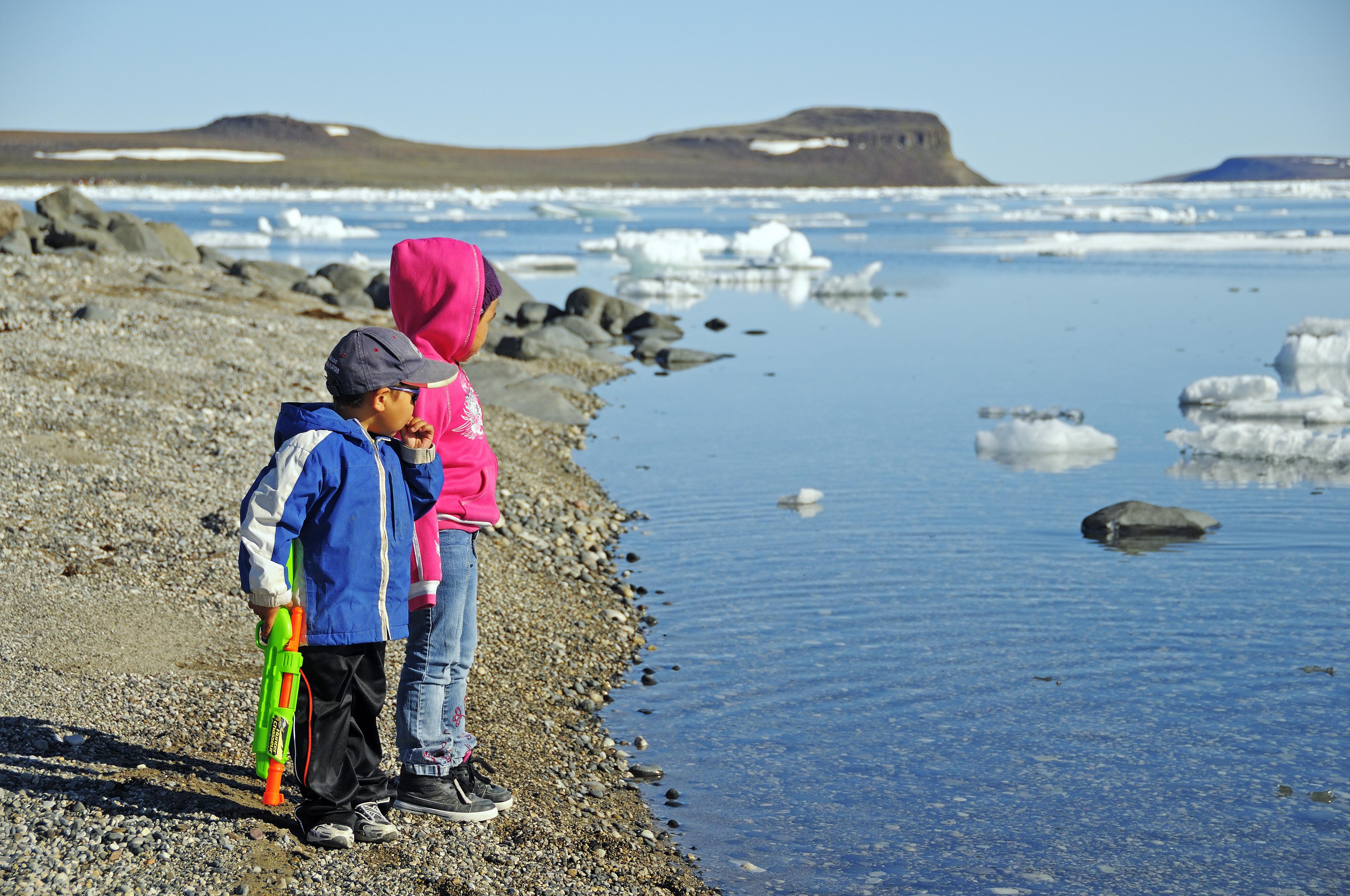 Kinder vom Volk der Inuit stehen am Ufer der Beaufort Sea, Nordpolarmeer, Victoria Island (vorher Holman Island), Dorf Ulukhaktok, Northwest Territories, Kanada, Amerika