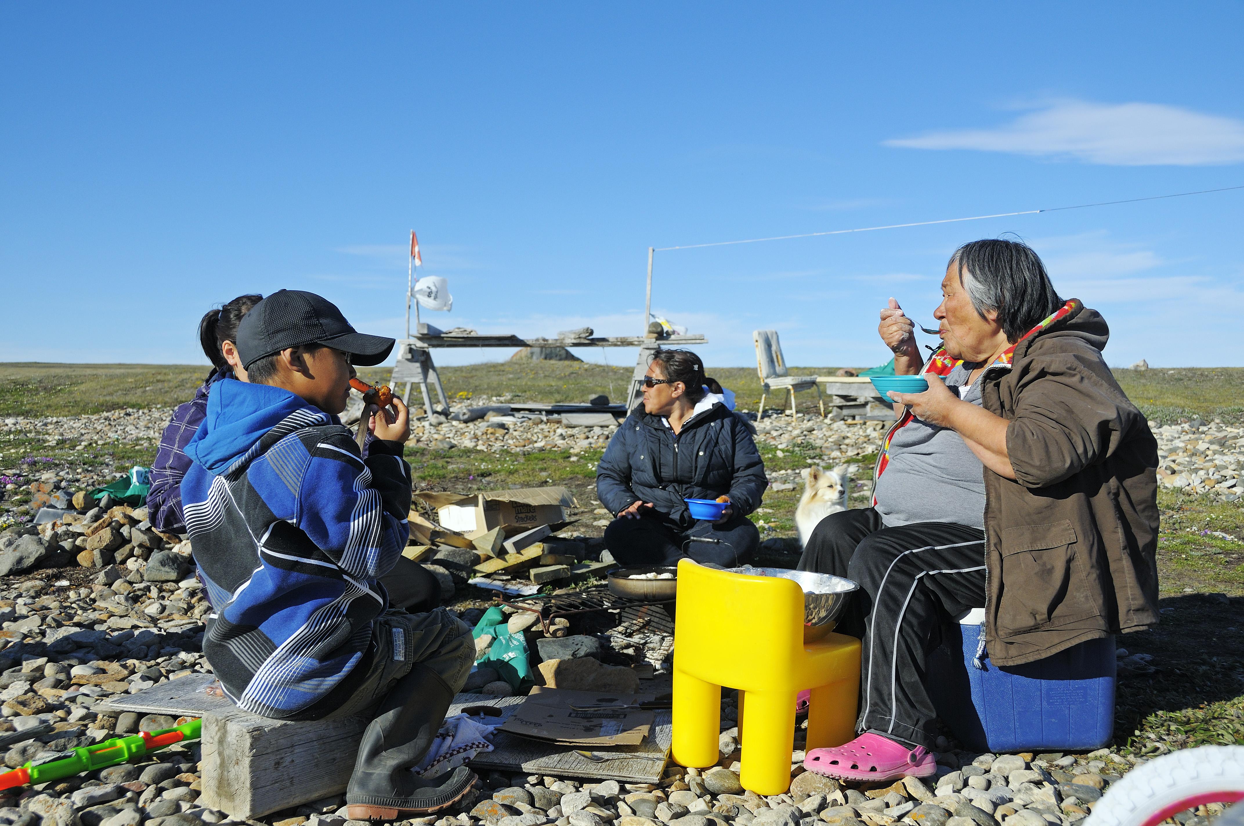 Familie vom Volk der Inuit an ihrer Angler-Hütte am Ufer der Beaufort Sea, Nordpolarmeer, Victoria Island (vorher Holman Island), Dorf Ulukhaktok, Northwest Territories, Kanada, Amerika