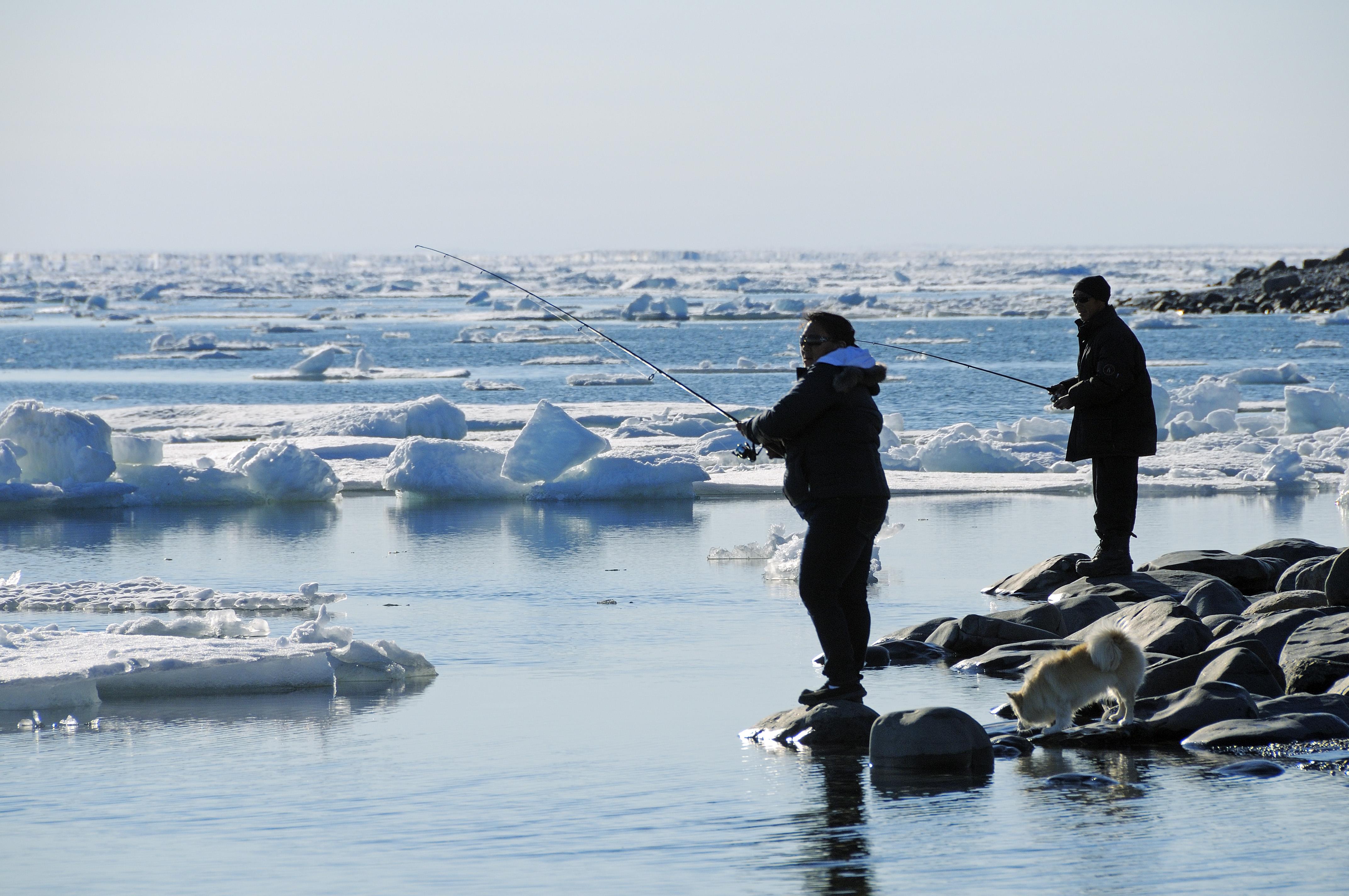 Mann und Frau vom Volk der Inuit angeln am Ufer der Beaufort Sea, Nordpolarmeer, Victoria Island (vorher Holman Island), Dorf Ulukhaktok, Northwest Territories, Kanada, Amerika