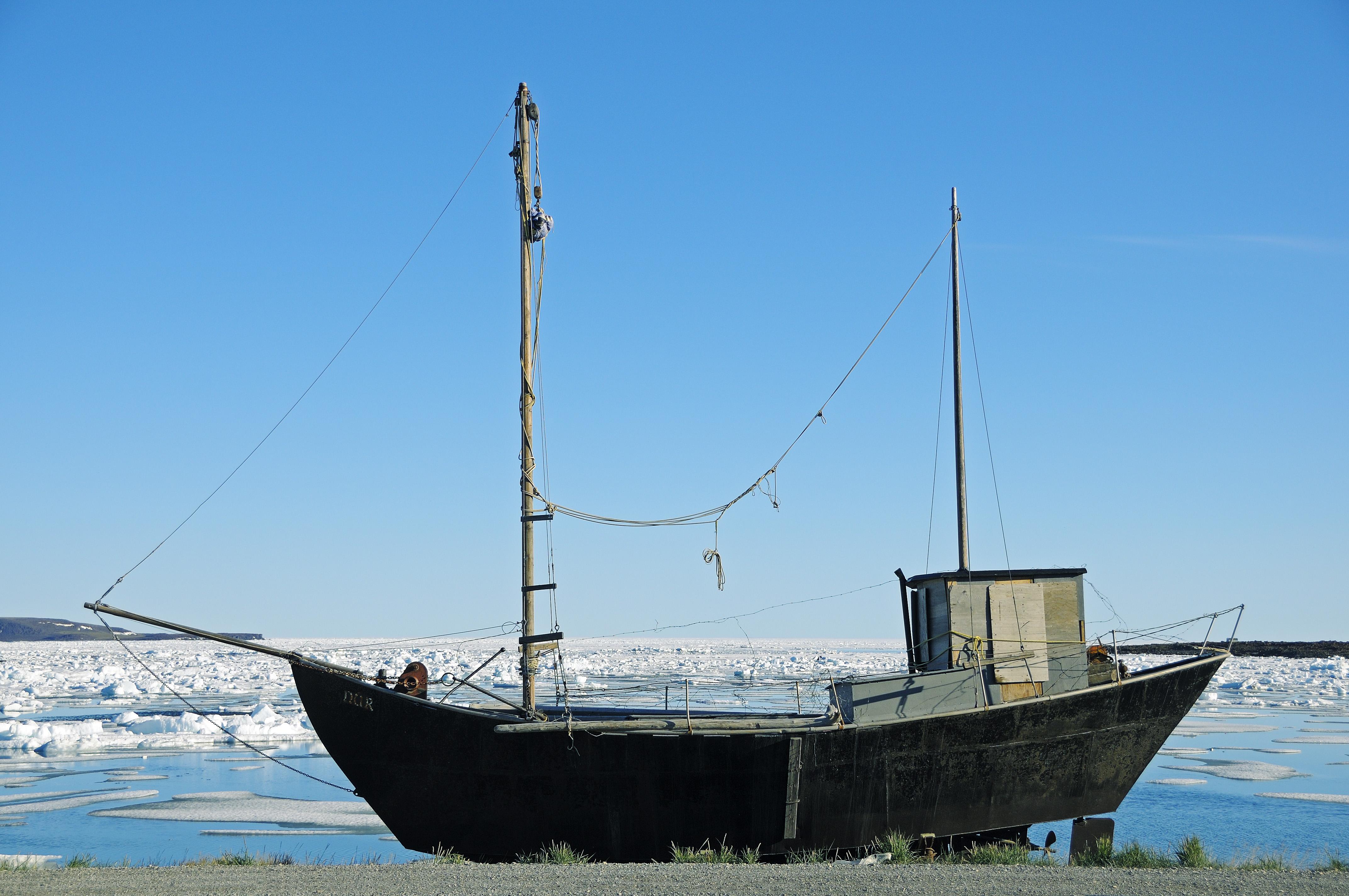 Altes Schiff aus Metall am Ufer der Beaufort Sea, Nordpolarmeer, Victoria Island (vorher Holman Island), Dorf Ulukhaktok, Northwest Territories, Kanada, Amerika