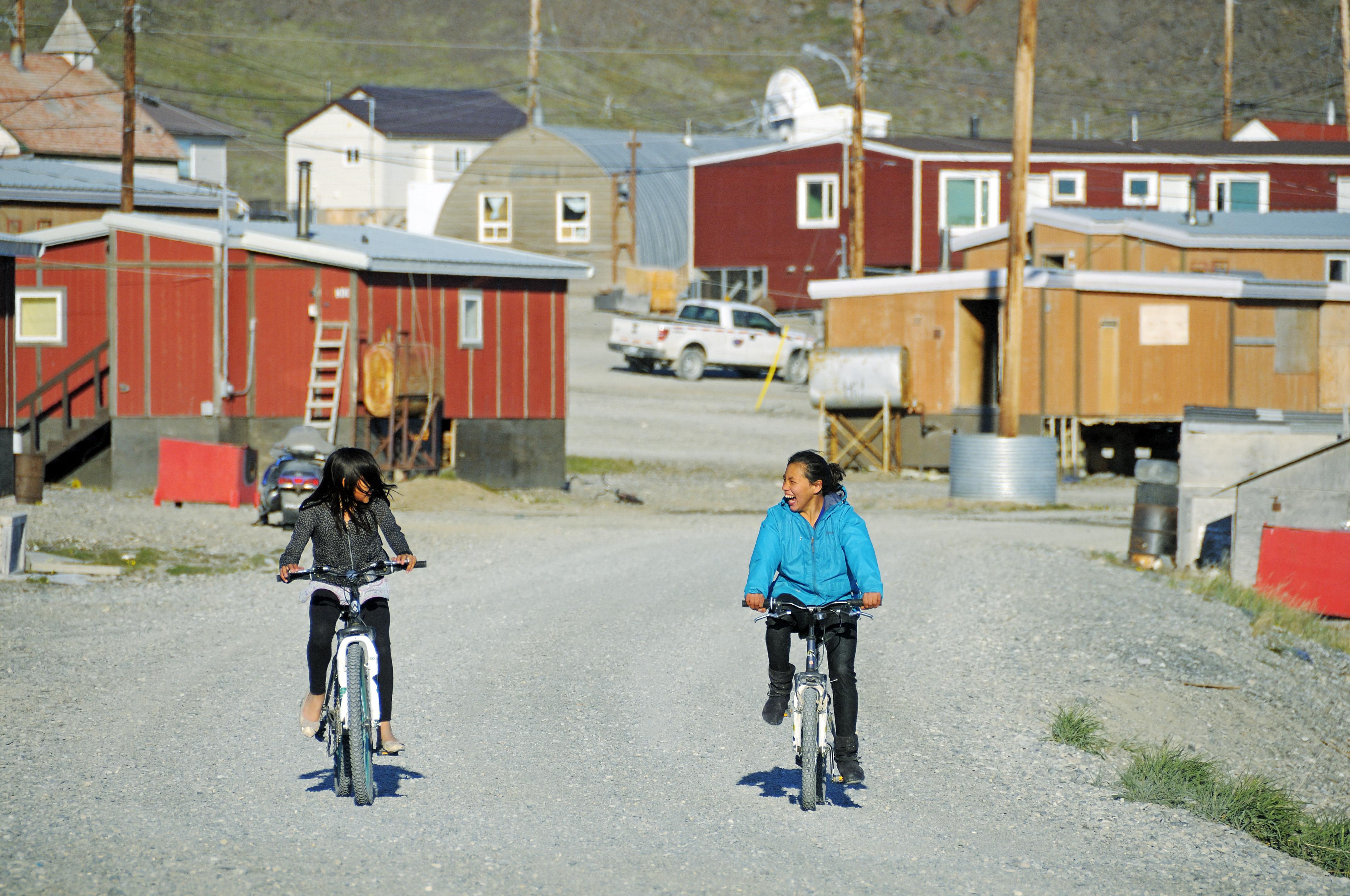 Kinder auf Fahrrädern im Dorf Ulukhaktok, Victoria Island (vorher Holman Island), Northwest Territories, Kanada, Amerika