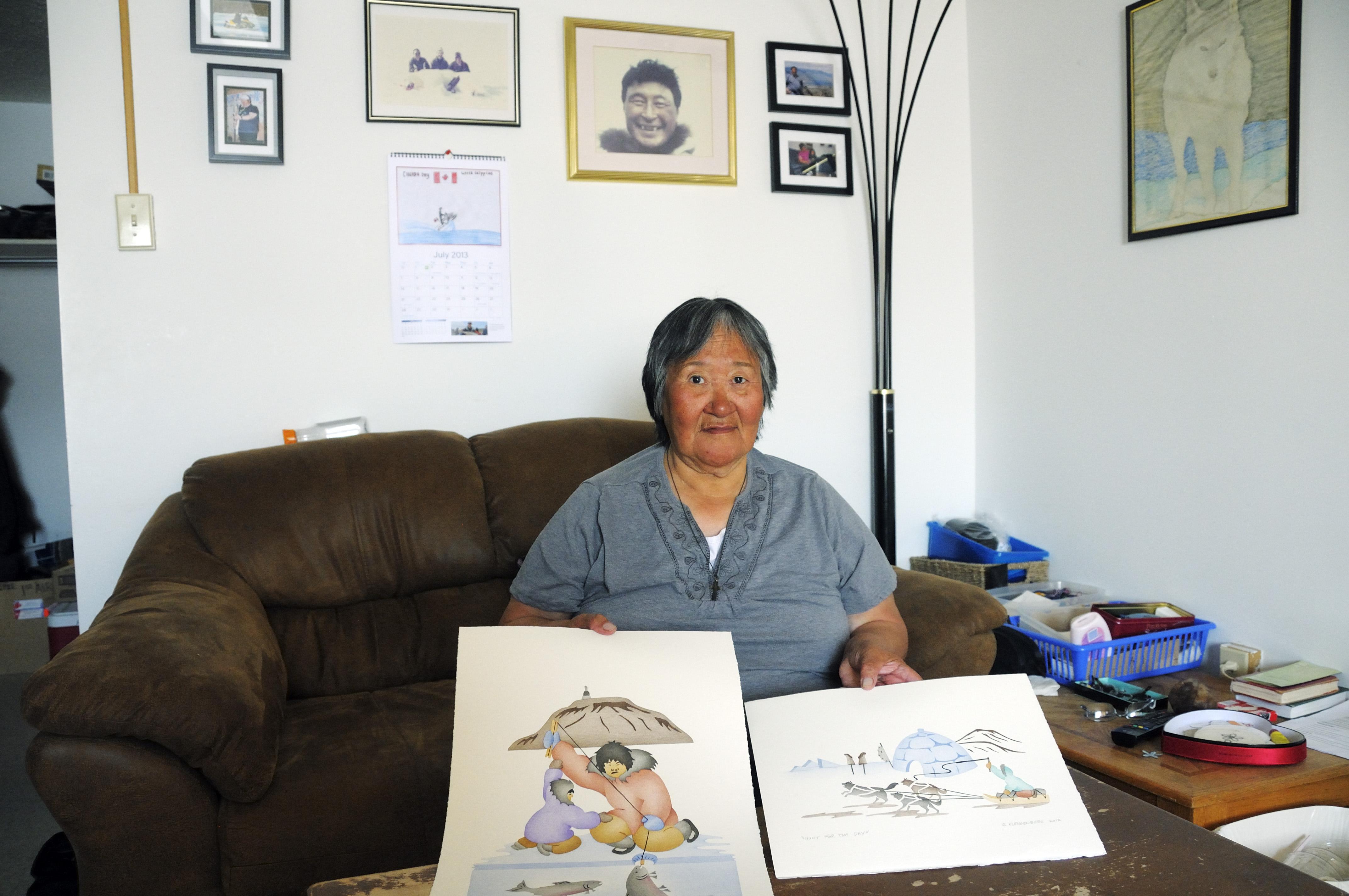 Künstlerin vom Volk der Inuit zeigt ihre Drucke, Victoria Island (vorher Holman Island), Dorf Ulukhaktok, Northwest Territories, Kanada, Amerika