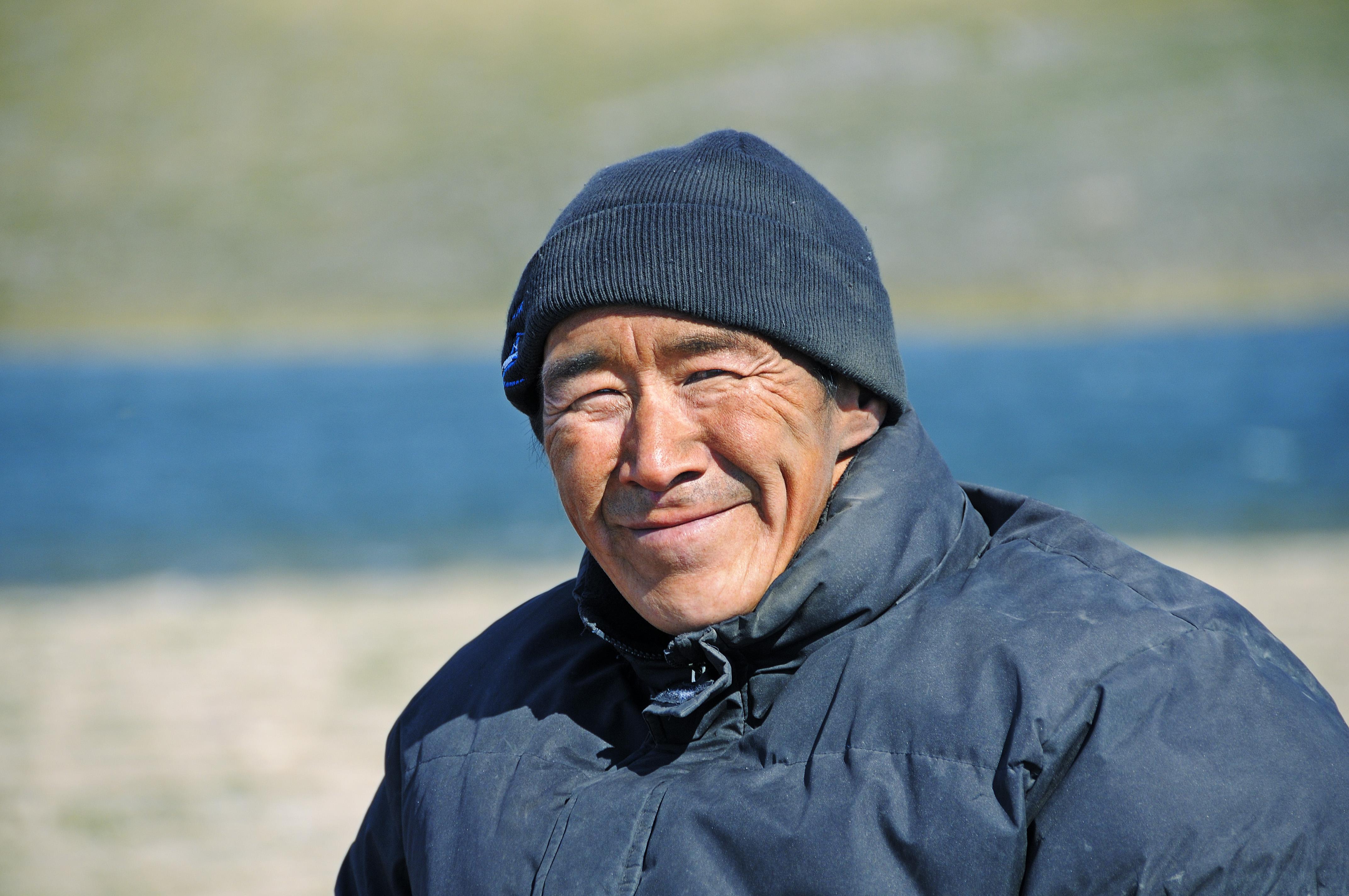 Portrait eines Mann vom Volk der Inuit, Victoria Island (vorher Holman Island), Dorf Ulukhaktok, Northwest Territories, Kanada, Amerika