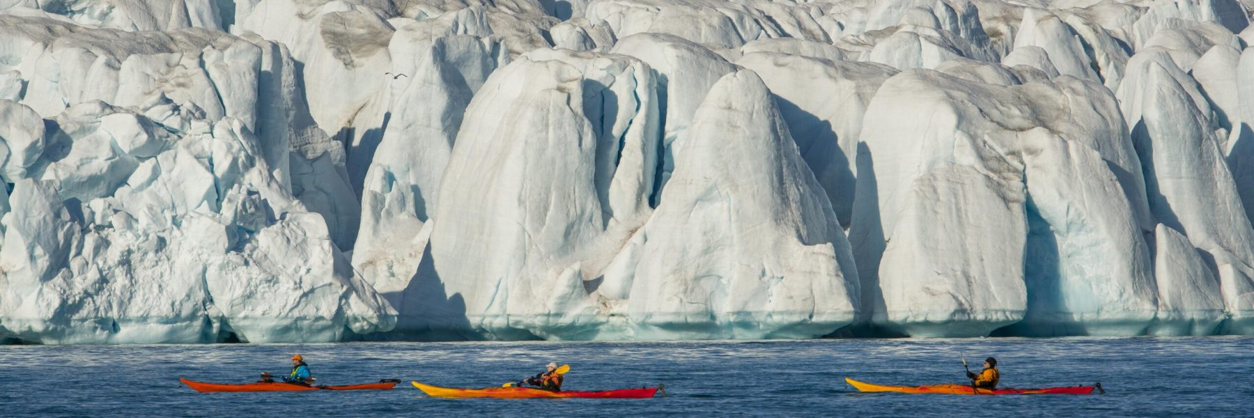 Paddler in Kajaks vor dem Croker Gletscher, Croker Bay, Devon Island, Nunavut, Arktis, Kanada