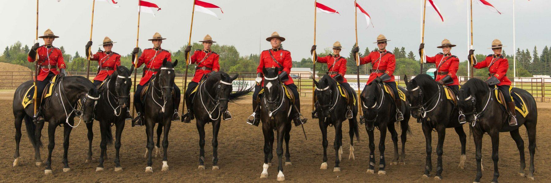 Die Mounted Police formiert sich beim Musical Ride der RCMP in Y